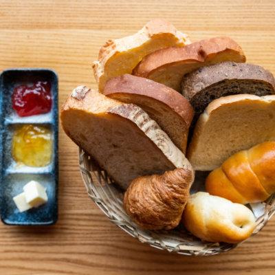 夏のランチビュッフェメニュー一例:焼きたて手作りパン食べ放題